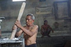 传统面条工厂劳工在日惹,印度尼西亚 库存照片