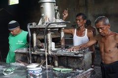 传统面条工厂劳工在日惹,印度尼西亚 免版税库存图片