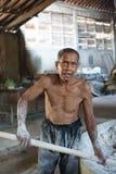 传统面条工厂劳工在日惹,印度尼西亚 免版税库存照片