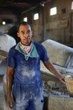 传统面条工厂劳工在日惹,印度尼西亚 库存图片