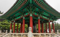 传统韩国响铃亭子细节视图在龙头山公园 荣格顾,釜山,韩国,亚洲 库存照片