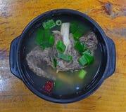 传统韩国盘Galbitang服务了滚烫在韩国石碗 免版税库存图片