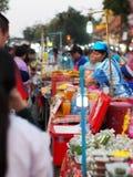 传统食物街道和纪念品物品在逗人喜爱的旅游目的地镇销售生活方式:泰国的楠府 免版税图库摄影