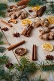 传统香料桂香,茴香担任主角,姜,在木背景的干桔子与圣诞树分支静物画 库存图片