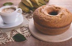 传统香蕉蛋糕和一个杯子牛奶用咖啡|祖母蛋糕 库存照片