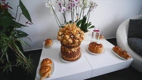 传统鲜美乌克兰婚礼面包大面包在婚礼桌上 股票录像