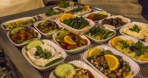 传统鲜美开胃菜透视射击raki土耳其饮料的在夜晚餐的在伊兹密尔在土耳其 免版税库存图片
