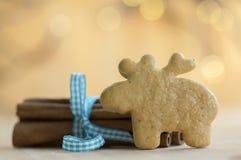 传统鲜美捷克驯鹿姜饼,新鲜的桂香栓与蓝色弓、圣诞节动物曲奇饼和香料在桌上 库存照片