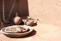 传统黏土瓦器在摩洛哥房子里 免版税库存图片