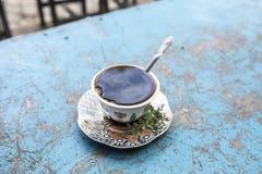 传统黑暗的咖啡或者布纳,在一个街道咖啡馆在埃塞俄比亚 免版税库存照片