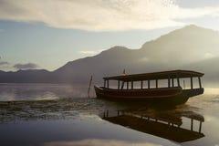 传统3条小船的渔夫 图库摄影