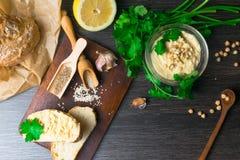 传统Hummus或houmous,开胃菜由与tahini,柠檬,大蒜,橄榄油,荷兰芹,小茴香的被捣碎的鸡豆制成 库存照片