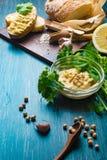 传统Hummus或houmous,开胃菜由与tahini,柠檬,大蒜,橄榄油,荷兰芹,小茴香的被捣碎的鸡豆制成 免版税库存照片