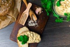传统Hummus或houmous,开胃菜由与tahini,柠檬,大蒜,橄榄油,荷兰芹,小茴香的被捣碎的鸡豆制成 免版税图库摄影