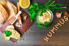 传统Hummus或houmous,开胃菜由与tahini,香橼,大蒜,橄榄油,荷兰芹,小茴香的被捣碎的鸡豆制成 免版税库存照片