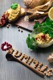 传统Hummus或houmous,开胃菜由与tahini,香橼,大蒜,橄榄油,荷兰芹,小茴香的被捣碎的鸡豆制成 库存图片