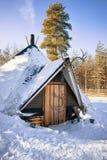 传统Lappish房子在冬天驯鹿农场 库存照片