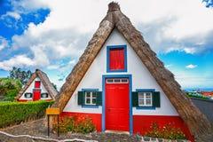 传统palheiros,桑塔纳, Madei秸杆被顶房顶的房子  库存照片