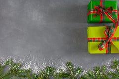 传统xmas礼物盒,顶视图,在灰色桌背景的拷贝空间 库存照片