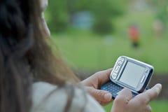 传讯文本texting的妇女 库存图片