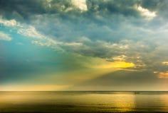 传输和太阳云彩与泰国湾 免版税库存照片