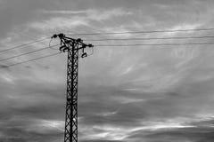 传输塔和运动的云彩 免版税库存图片