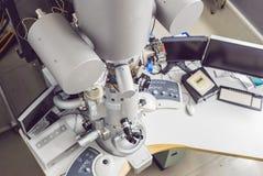 传输电子显微镜在一个科学实验室 库存照片