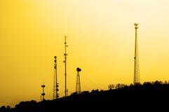 传输的Trasnmitting无线电铁塔发信号手机电视 免版税图库摄影