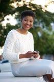 传送与手机的非裔美国人的妇女信息 免版税库存照片
