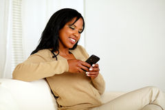 传送信息的少妇由移动电话 库存照片