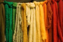 传送带上色了羊毛 免版税库存照片