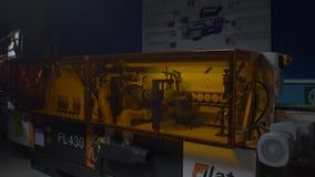 传送带在工厂 自动化的辊筒运输机 股票录像