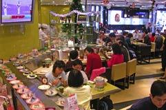 传送带寿司餐厅 免版税库存照片