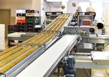 传送带用饼干在食物工厂-机械equipm 免版税库存照片