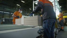 传送带的工作者折叠木盘区阿姆斯特朗 股票视频