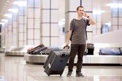 传送带的旅行家在电话 免版税库存照片