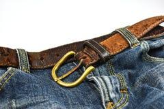 传送带蓝色关闭腰部的牛仔裤皮革 免版税库存照片
