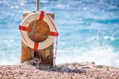 传送带sos在海滩的救援设备 库存照片