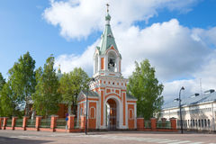 传道者彼得和保罗的东正教的belltower在一个晴朗的6月早晨 19座钟楼c教会芬兰hamina保罗・彼得st 库存图片
