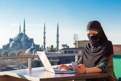 传统上研究计算机的加工好的回教妇女 免版税库存照片