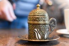 传统上被装饰的咖啡杯 免版税图库摄影