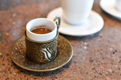 传统上被装饰的咖啡杯 免版税库存照片