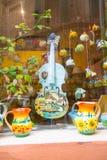 传统上被绘的小提琴和两个水罐 免版税图库摄影