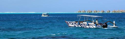 传统上被绘的小船在博拉博拉岛盐水湖 库存照片