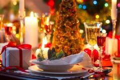 传统上装饰的圣诞节桌 库存图片