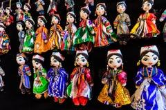 传统东方玩偶在布哈拉义卖市场,乌兹别克斯坦 免版税库存图片