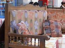 传统东方阿拉伯位子或长沙发在餐馆在埃及 库存照片