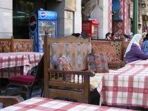 传统东方阿拉伯位子或长沙发在餐馆在埃及 免版税库存照片