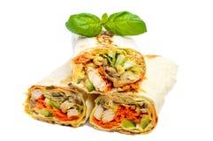 传统中东食物- shawarma Lavash用鸡、菜、蘑菇和调味汁充塞了 免版税图库摄影