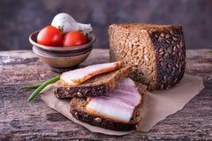 传统乌克兰三明治用棕色黑麦面包,熏制的la 库存图片